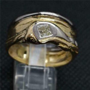 Anillo de diamantes blanco y amarillo de 18 quilates