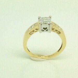 Anillo en racimo de diamantes de talla princesa en oro de 18 quilates tamaño H1 / 2