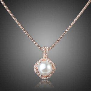 Collar con colgante de perlas blancas