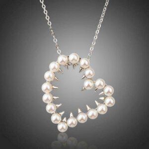 Collar con colgante de perlas en forma de corazón