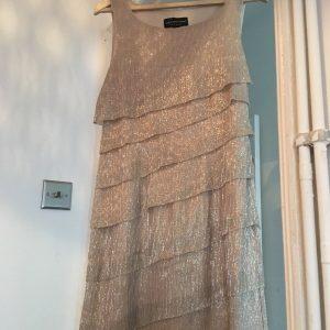 Connected Apparel Talla 8 Vestido dorado escalonado sin mangas