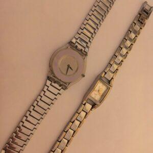 Dos relojes de mujer Swatch y Disney