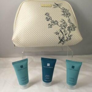 Paquete de bolsa de maquillaje Laura Ashley y 3 productos naturales / veganos de tamaño de viaje Temple Spa
