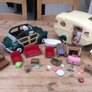 Paquete de caravana, automóvil, muebles y accesorios de Sylvanian Families.